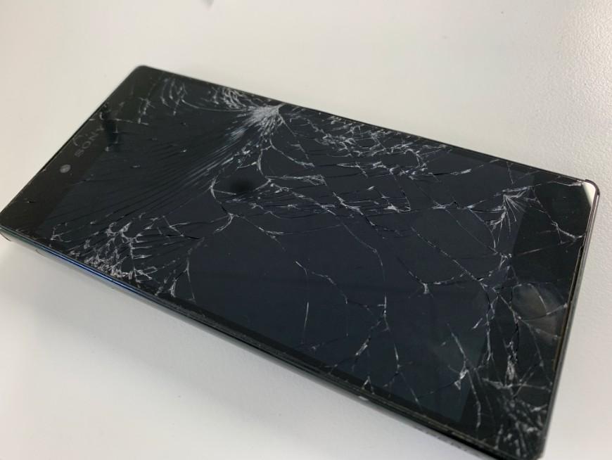 液晶画面が粉々でタッチ切れのXperia Z5 premium(SO-03H)