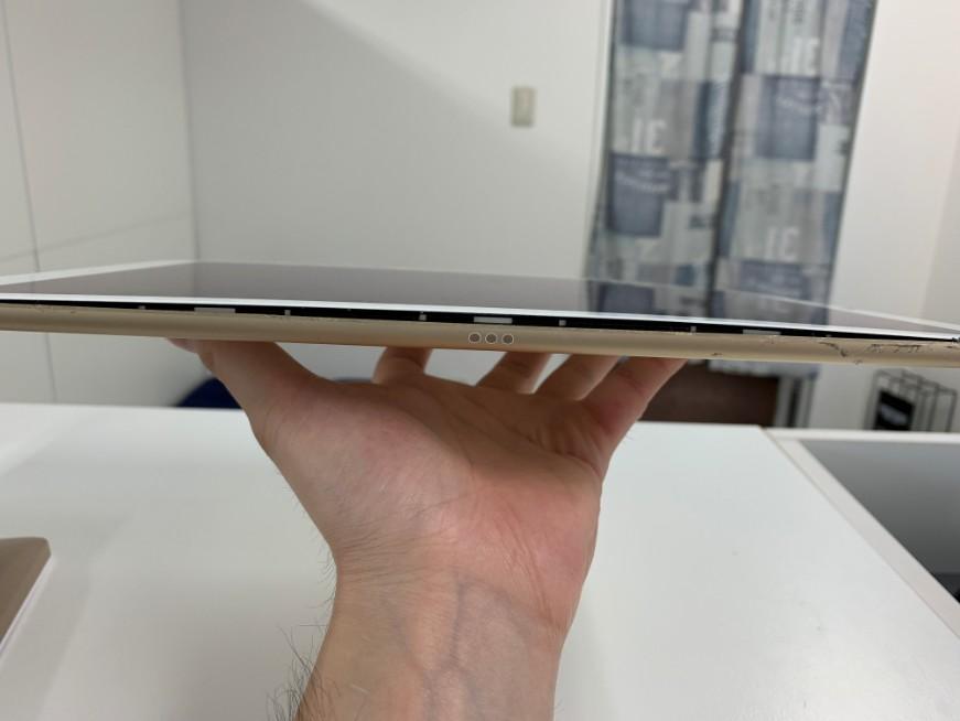 電池が膨張して画面が持ち上がっているiPad Pro 12.9