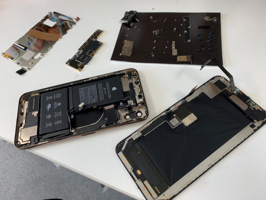 基板洗浄中のiPhone XS Max