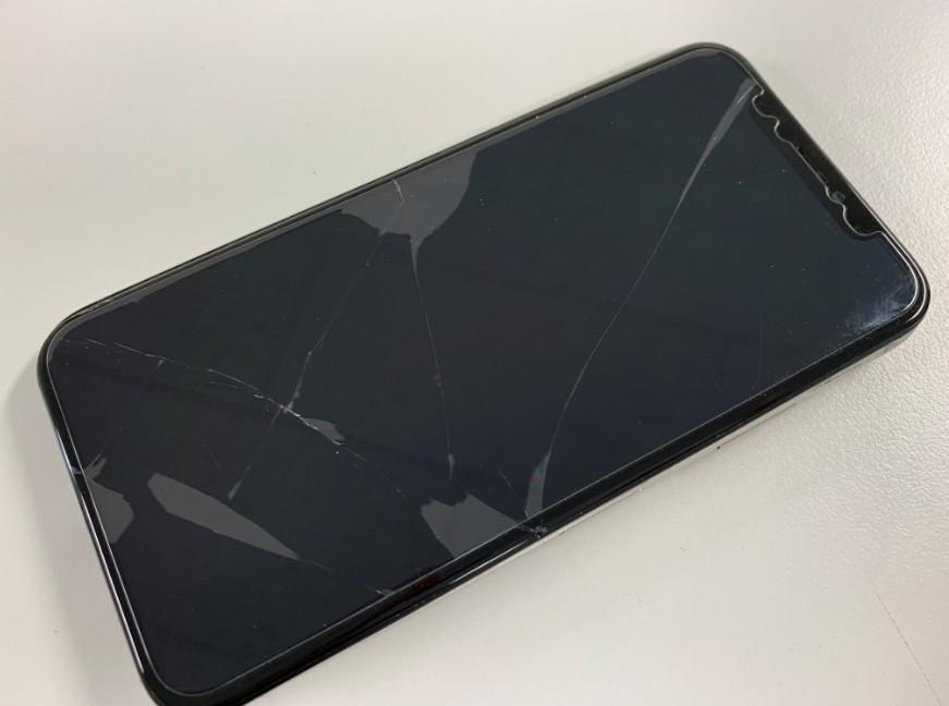 表面ガラスが割れて何も表示されなくなったiPhone X(テン)