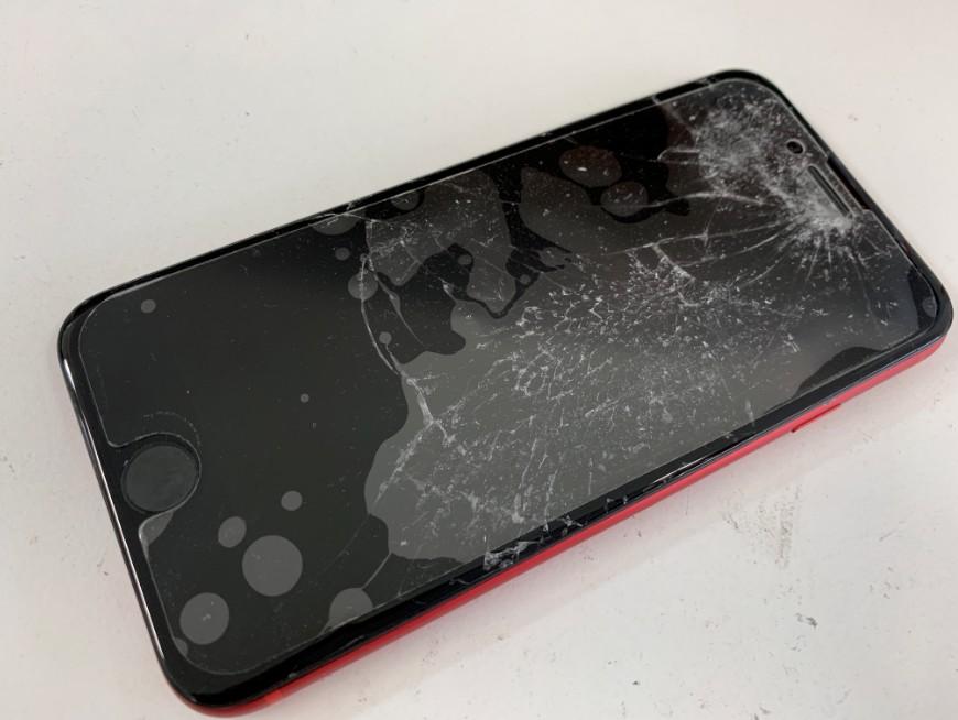 液晶画面が粉々に割れてしまったiphone8(赤)
