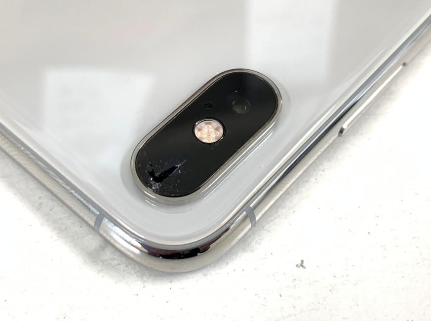 外側カメラレンズが割れて穴が空いたiPhone XS