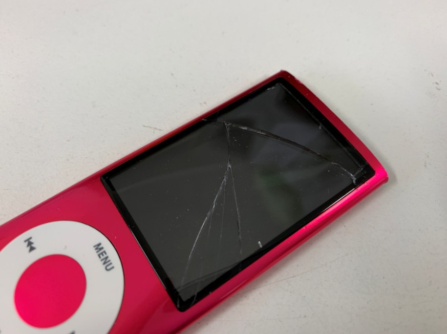 表面ガラスが割れたアイポッドナノ第5世代