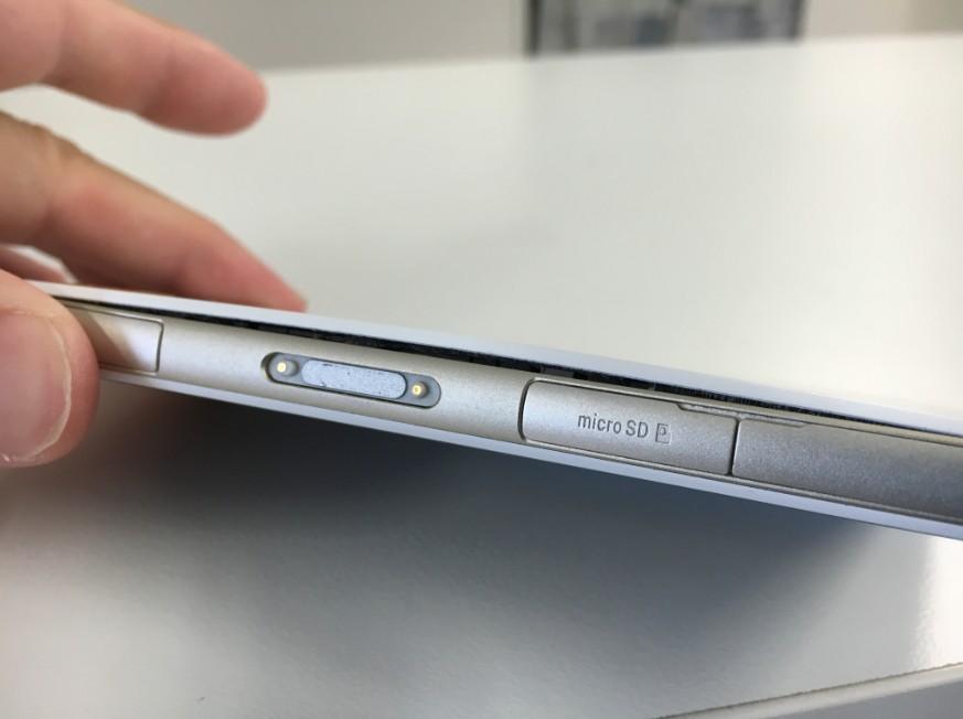 バッテリーが膨張して背面パネルが浮いているXperia J1 Compact