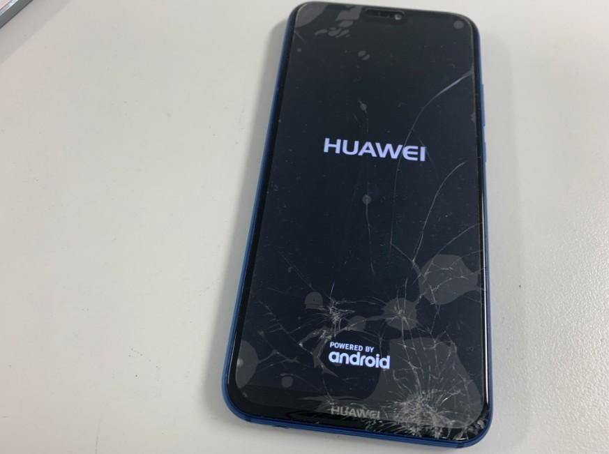 表面ガラスが割れたHUAWEI P20 Lite