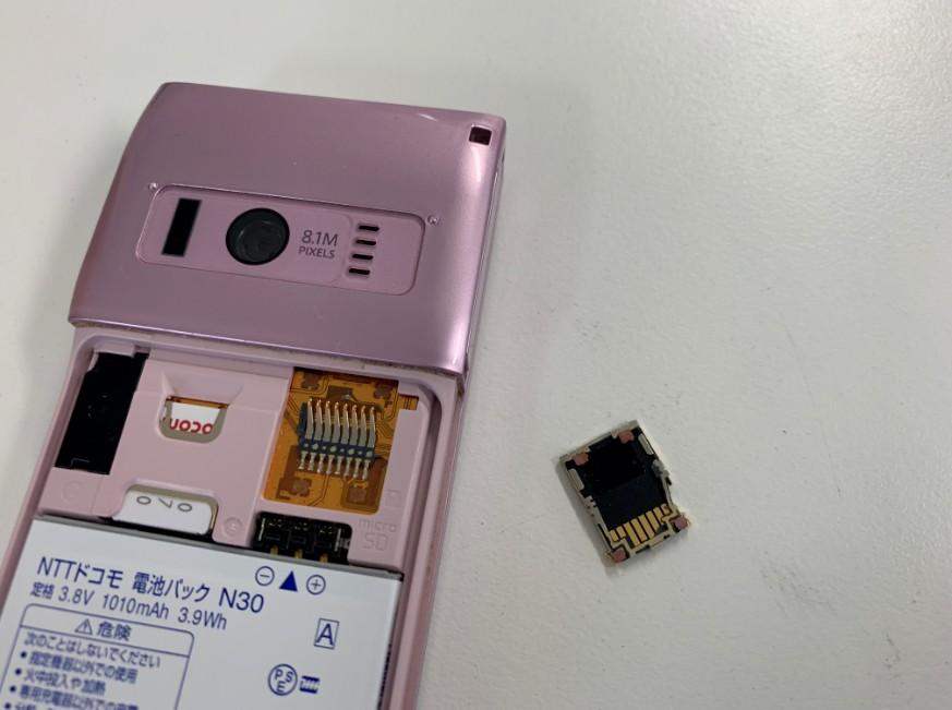 micorSDカードトレイが壊れたガラケー(N-01G)