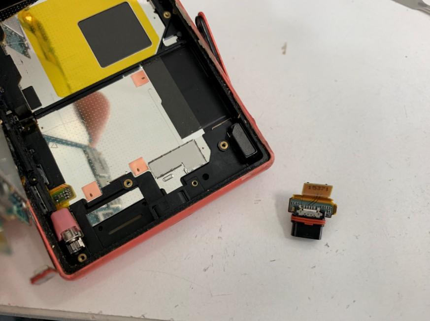ドックコネクターを交換修理途中のXperia Z5 Compact(SO-02H)