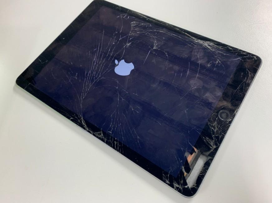 液晶画面が割れてガラスが欠けて中身が見えているiPad Air2
