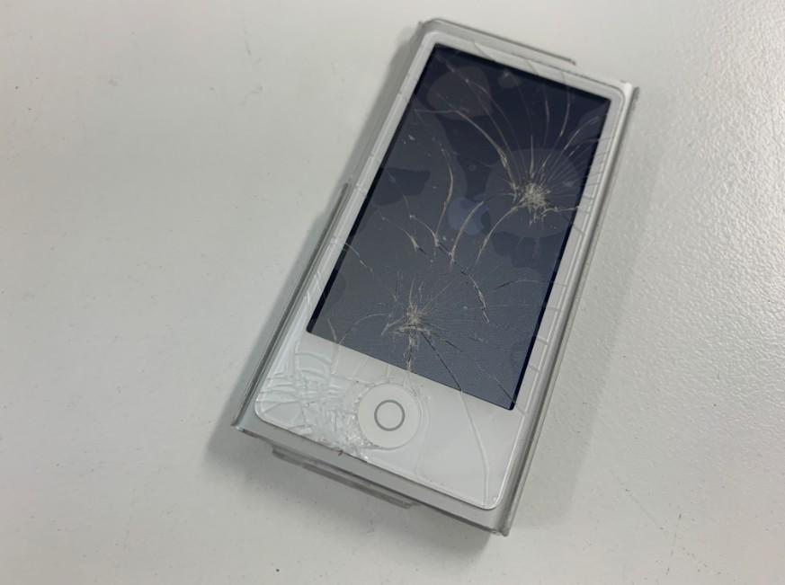 表面ガラスが粉々に割れたiPod nano第7世代