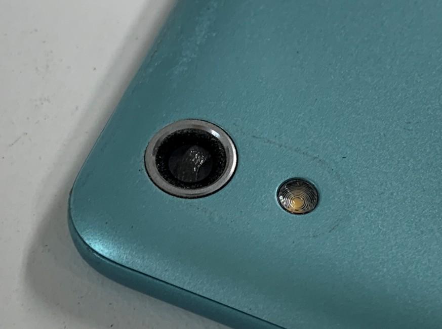 カメラレンズに黒い異物が噛んでいるAndroid One S4(S4-KC)
