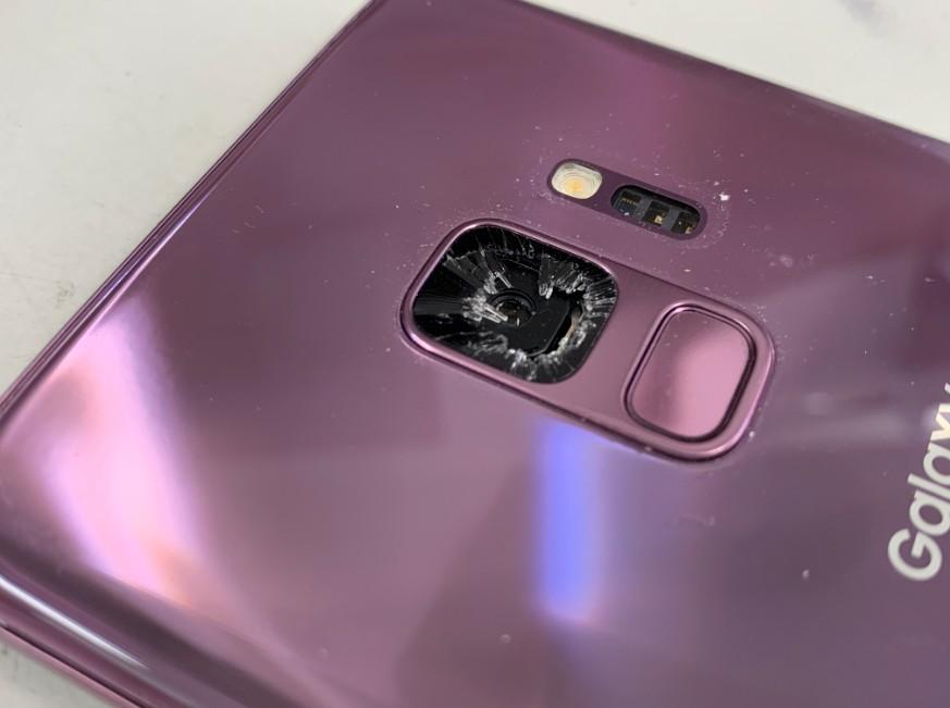 バックカメラレンズが割れたGalaxy S9(SCV38)