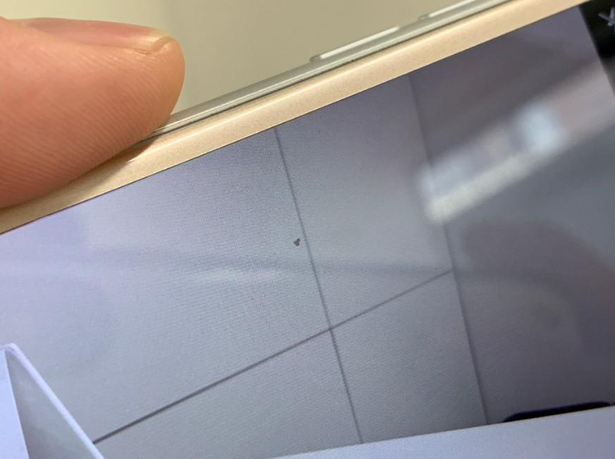 バックカメラに黒い点が映るiPhone7
