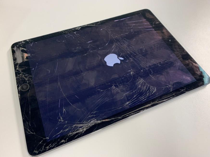 表面ガラスが割れてボロボロな状態のiPad 第5世代