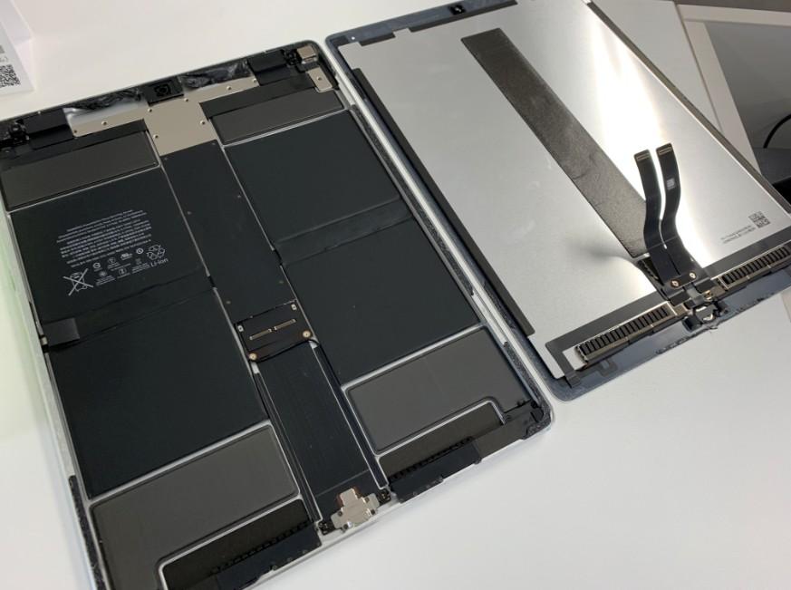 分解して画面交換途中のiPad Pro 12.9(第2世代)
