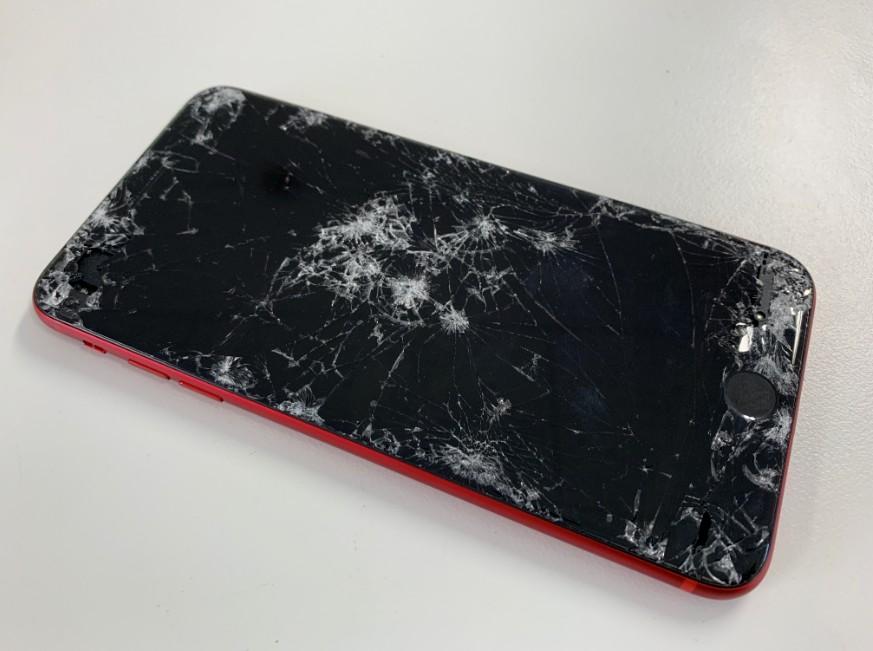 車に踏まれて液晶画面が粉々になったiPhone8 Plus
