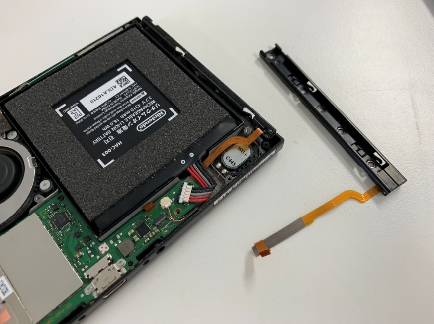 本体のジョイコンをはめるレール部分を交換修理中のNintendo Switch