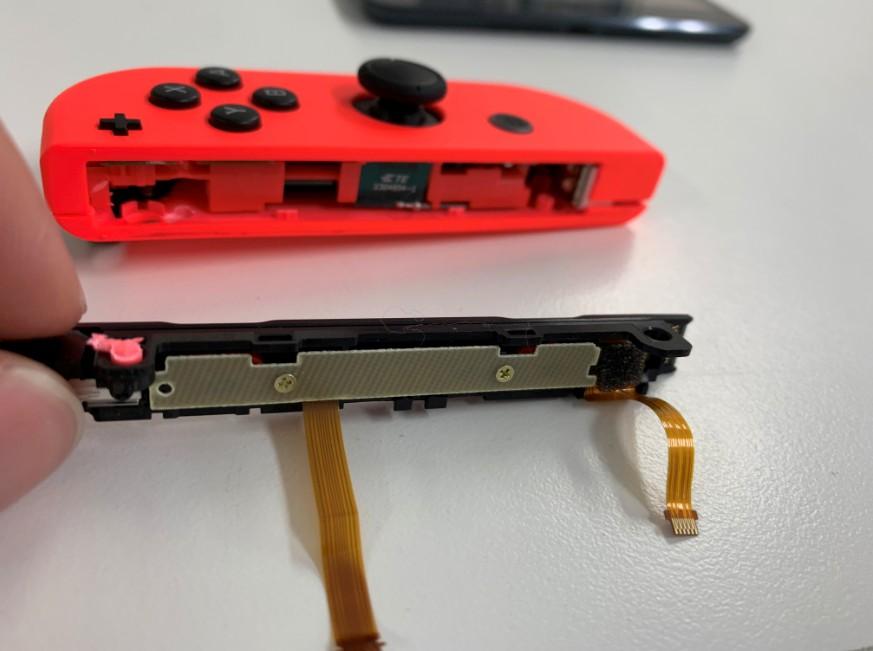 本体につなげるレールが取れてバラバラになったNintendo Switchのジョイコン