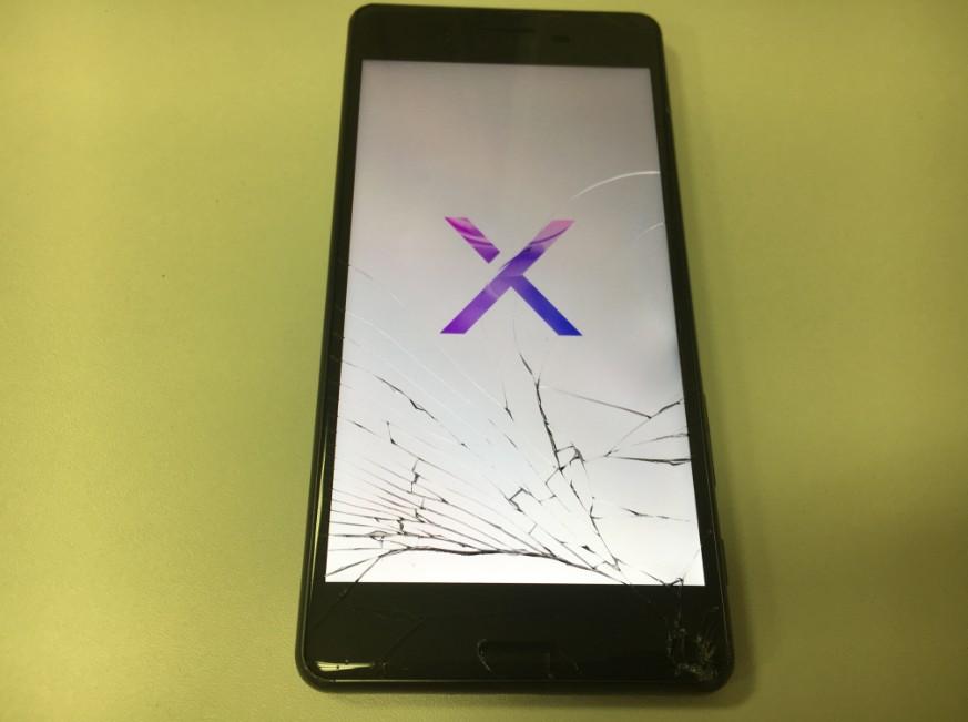 表面ガラスが粉々に割れたXperia X Performance(SO-04H)