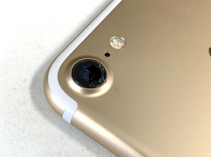 カメラレンズが割れてカメラパーツがむき出しのiPhone7
