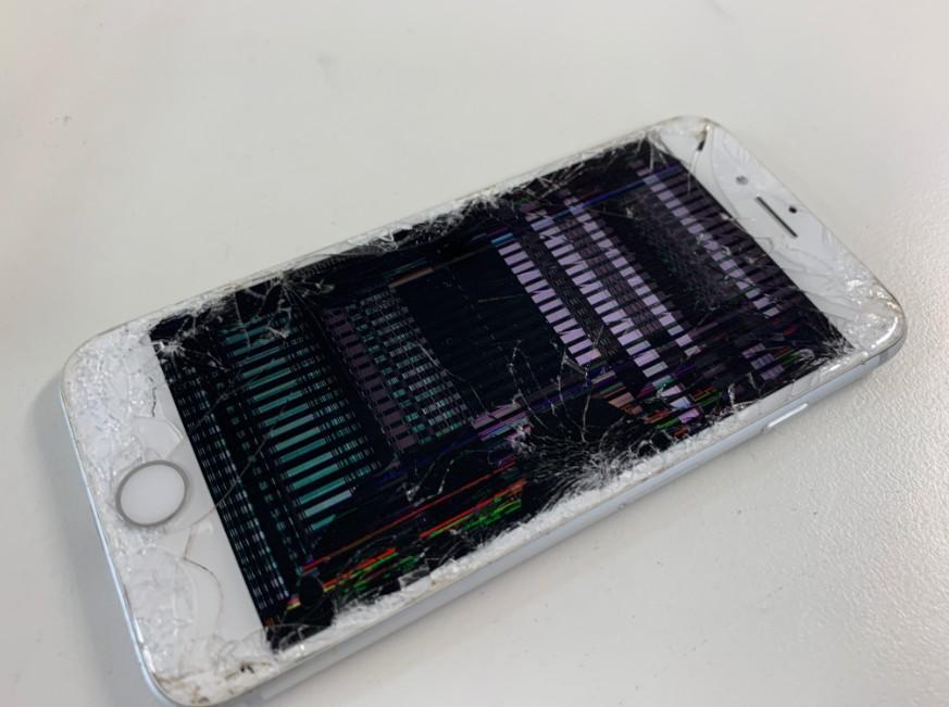 ガラスが割れて液晶が損傷しているiPhone8