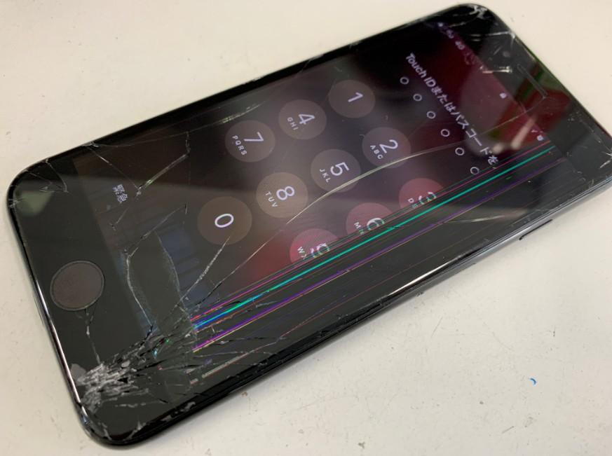 表面ガラスが割れて内部液晶も損傷しているiPhone7