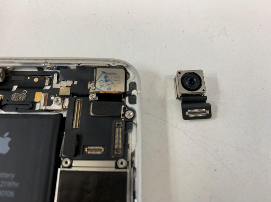 バックカメラパーツを交換したiPhone SE