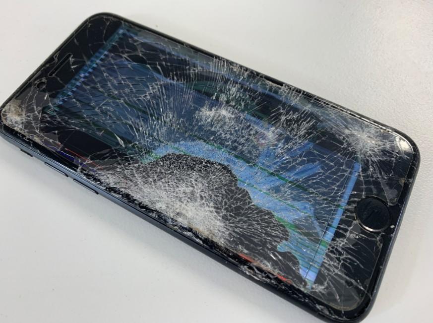 ガラスも液晶も破損したiPhone7