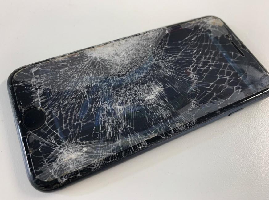 液晶画面破損でほとんど何も映らないiPhone8