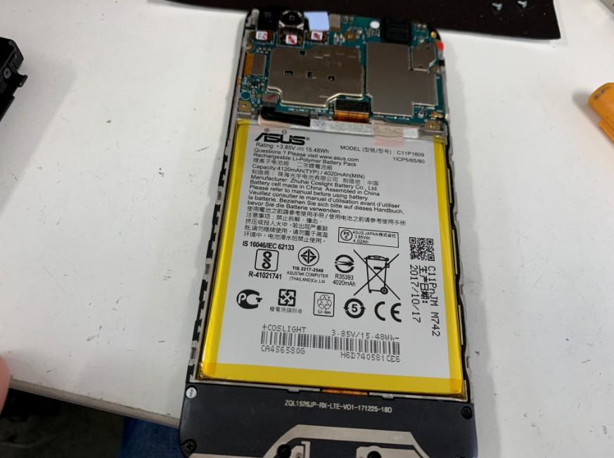 分解して修理中のZenFone 4 Max(ZC520KL)