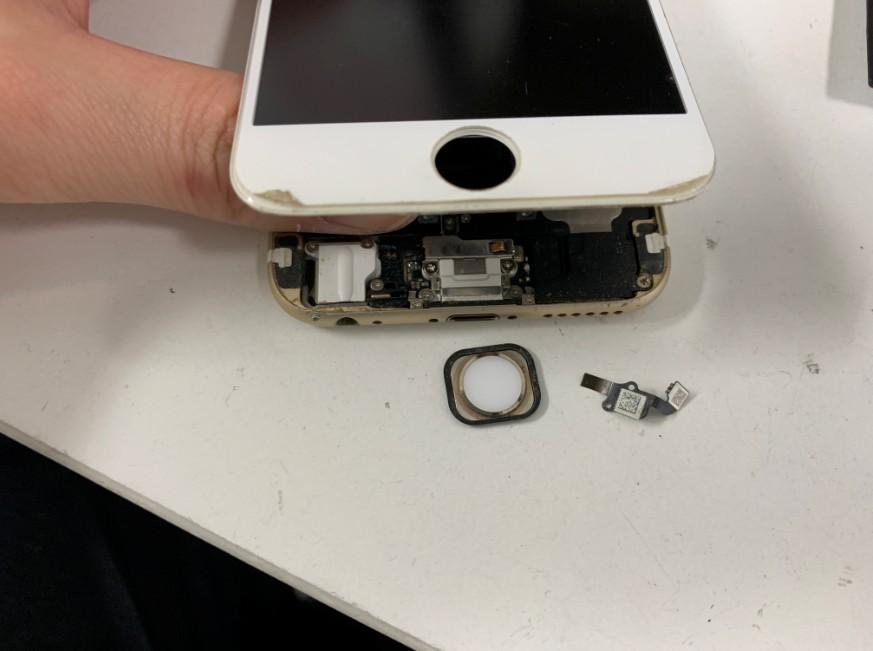 ホームボタンケーブルがちぎれたiPhone6