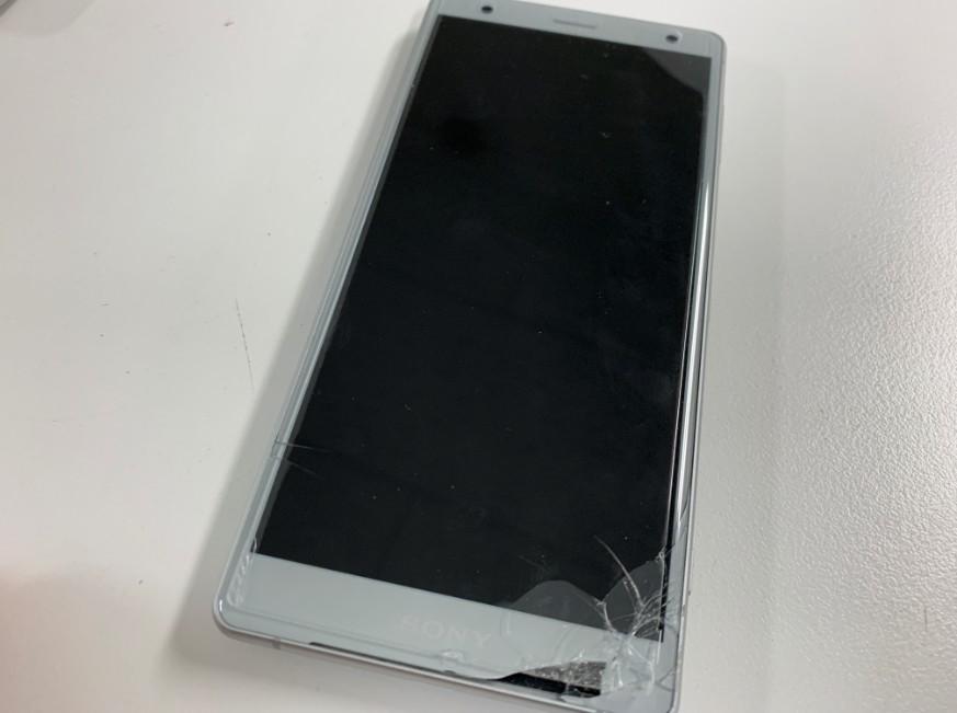 表面ガラスが割れて一部欠けているXperia XZ2(SOV37)