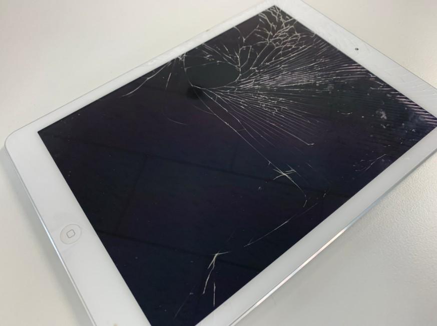 表面ガラスが割れたiPad Air