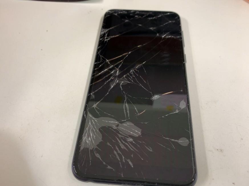 表面ガラスが割れたiPhoneXS