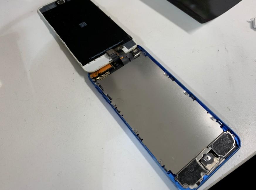 画面を開いて分解したiPod Touch 第6世代