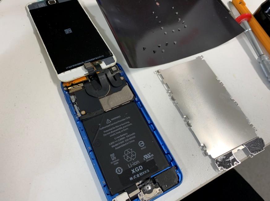 銀のプレートを外したiPod Touch 第6世代