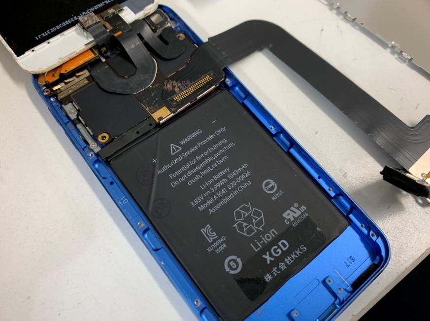 充電口ケーブルを外している最中のiPod Touch 第6世代