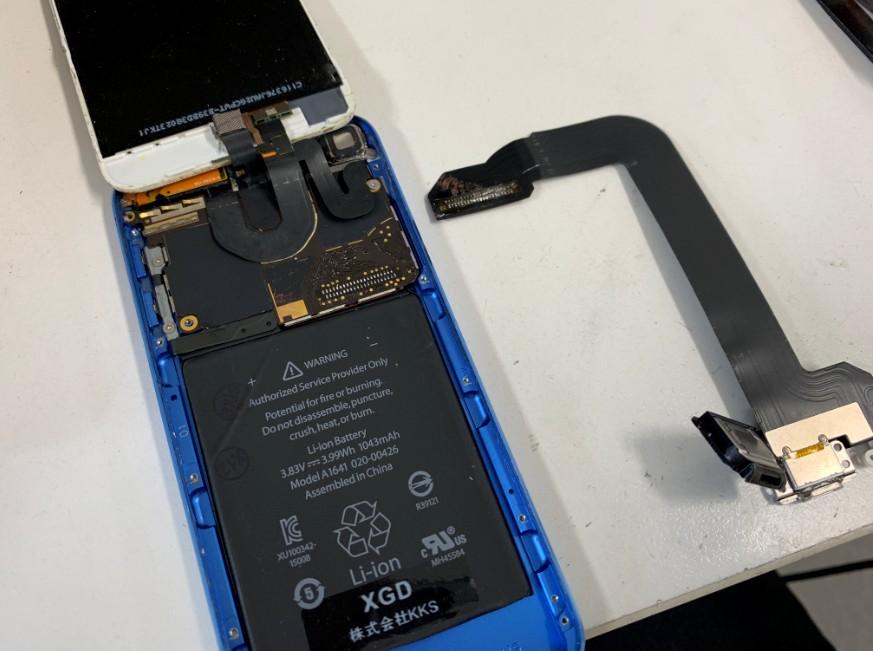 充電口パーツを本体基板から取り外したiPod Touch 第6世代