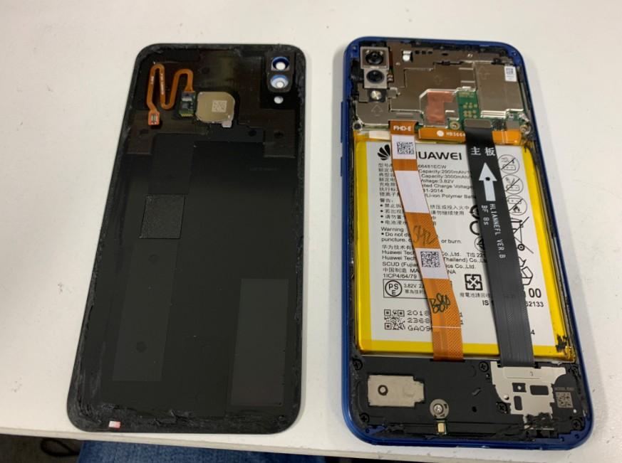 背面パネルを剥がして指紋認証ケーブルも取れたP20 Lite