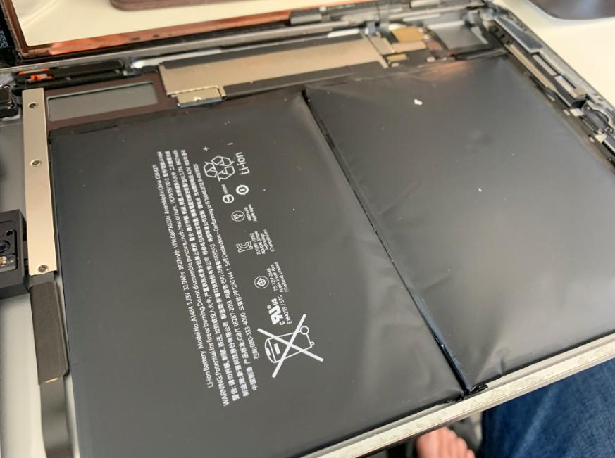 経年劣化でバッテリーが膨張したiPad Air