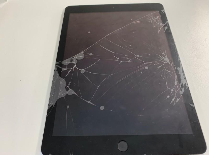 表面ガラスが割れて誤動作しているiPad 第5世代
