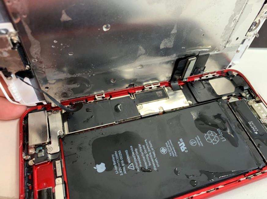 分解したら本体内部が水浸しのiPhone 7Plus