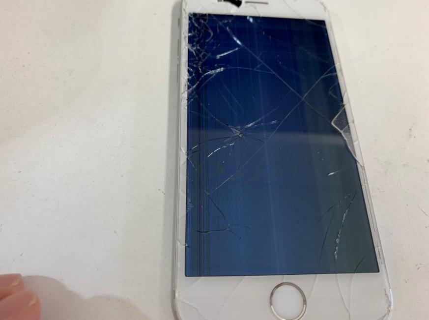 液晶画面が損傷したiPhone7