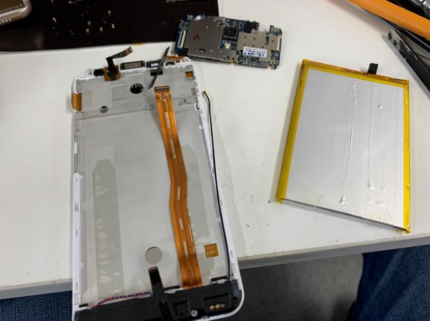 分解途中のEvery Phone PW