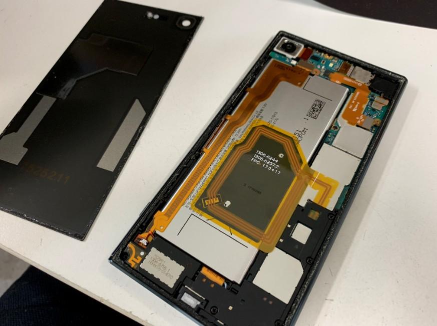 分解してバッテリー交換作業中のXperia XZ premium(SO-04J)