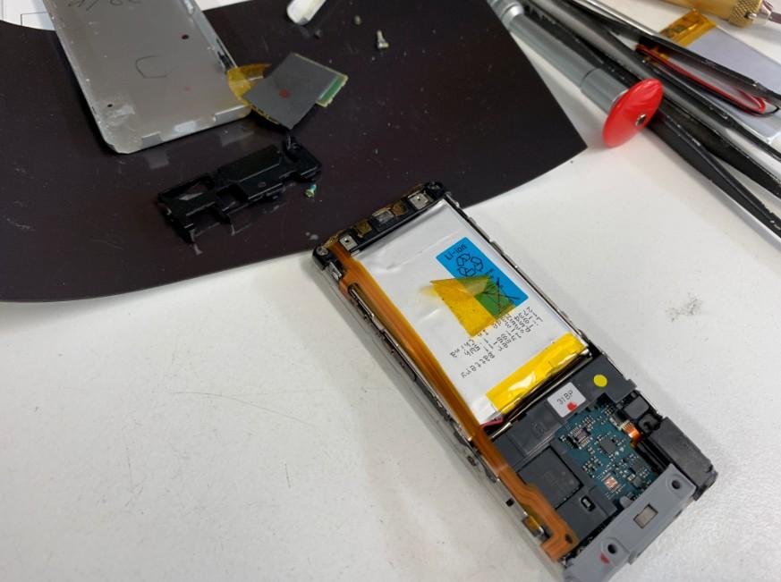 分解してバッテリー交換修理途中のNW-S774