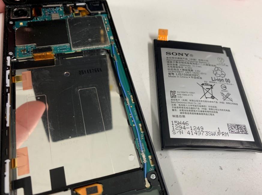 膨張したバッテリーを取り外したXperia Z5