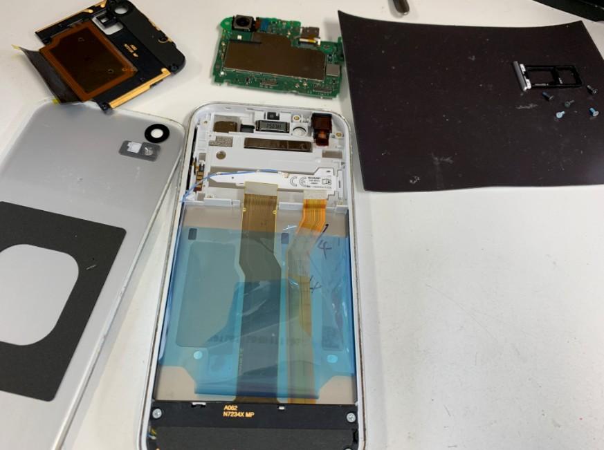 分解して画面パーツだけ交換しているAndroid One X1