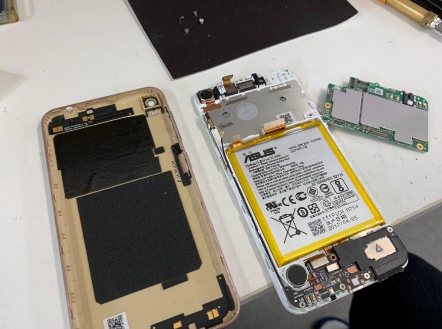 分解して液晶画面交換修理途中のZenfone Live(ZB553KL)