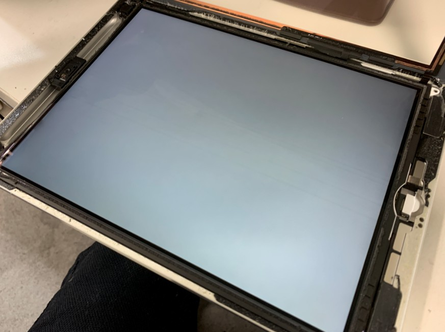 分解して液晶画面がむき出しのiPad Air