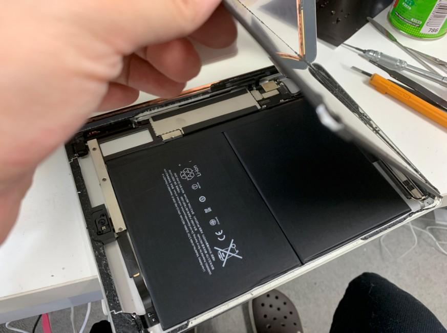 液晶画面交換途中のiPad Air